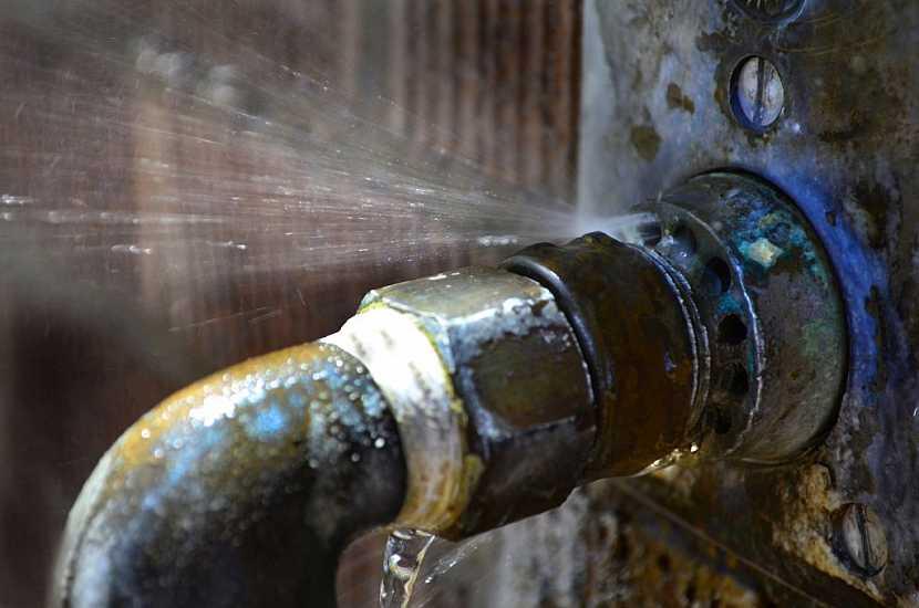 Pečlivě zkontrolujte, zda je venkovní přívod vody zajištěn tepelnou ochranou