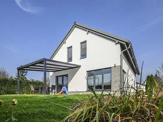 Ochranu proti přehřátí zajistí také vhodná volba střechy (Zdroj: Xella)