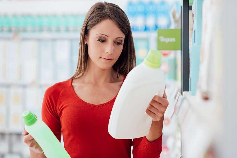 Žena čtoucí etikety na saponátu