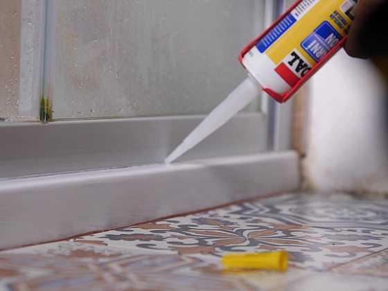 Vraťte vašemu sprchovému koutu glanc. Vyměňte silikon za nový (Zdroj: Prima DOMA)