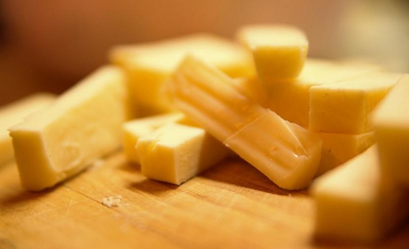 Tvrdý sýr si můžeme sami zaudit ve vlastní udírně