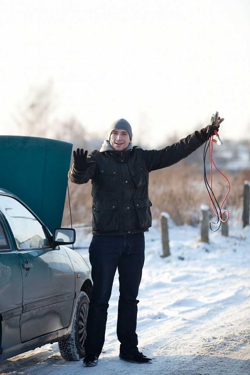 Škrabka, smetáček, startovací kabely i sněhové řetězy