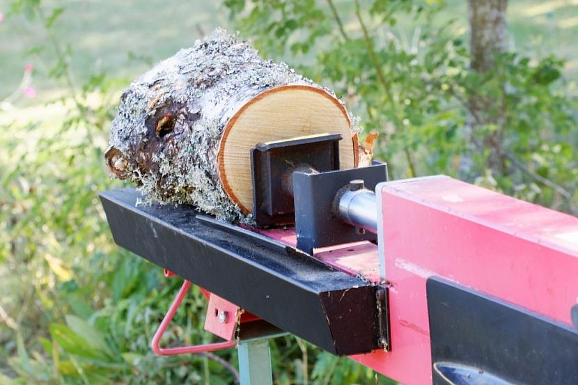 Horizontální štípání probíhá tlačením špalku dřeva proti pevnému klínu