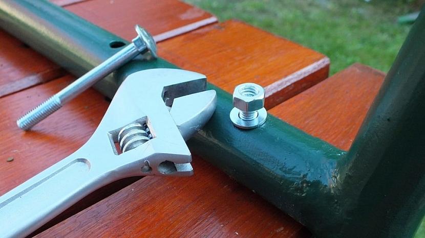 Renovace lavice: prkna sešroubujeme, šrouby zajistíme