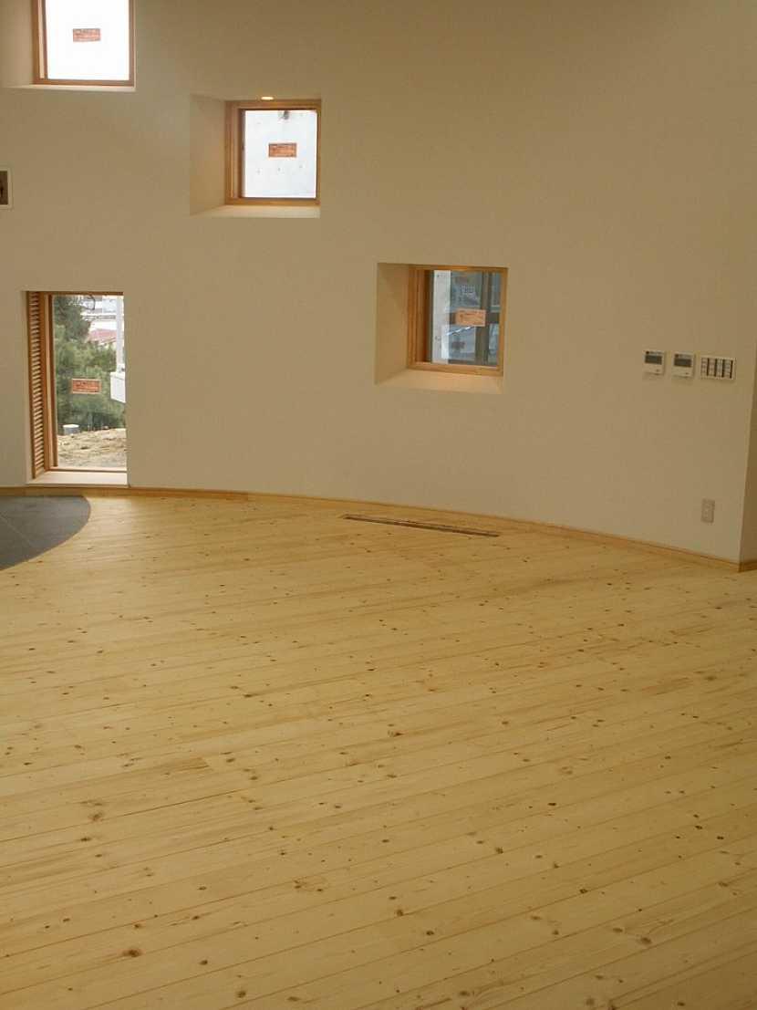 Masivní smrková podlaha FeelWood má krásně žlutavý nádech a je vhodná do dětských pokojů a ložnic