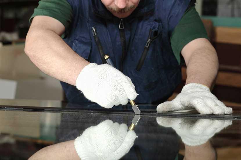 Pro řezání skla používáme speciální nůž a kovové pravítko