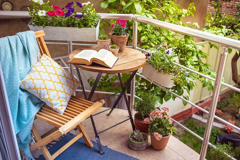 Jednoduché posezení na balkóně skýtá i romantiku