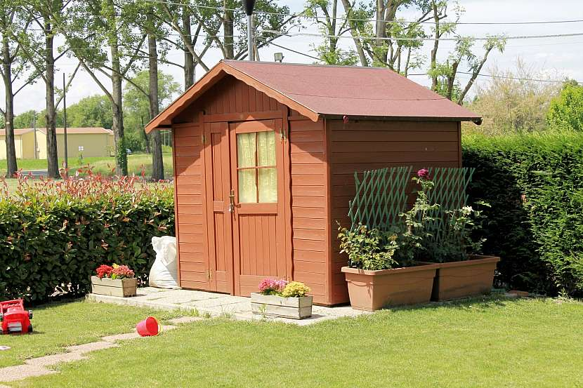 Zahradní domek u plotu