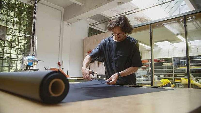 Řemeslník – brašnář, musí při výrobě batohů vynaložit velký podíl ruční práce