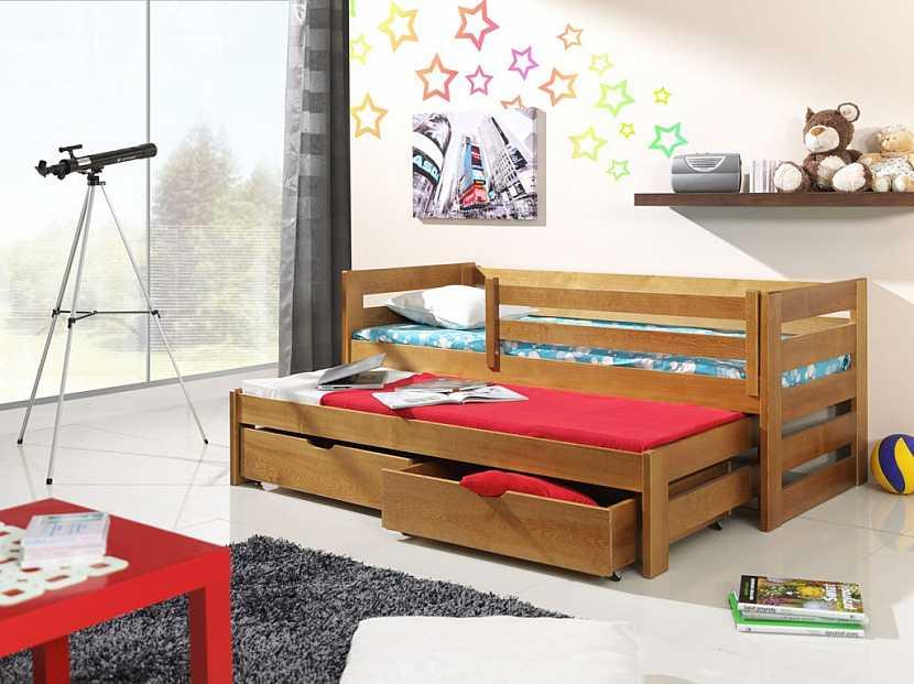 Pokud je dětská postel vyšší, měla by mít boční zábrany.