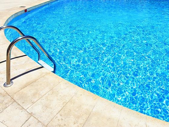 Čím a jak správně čistit bazén? (Zdroj: Depositphotos)