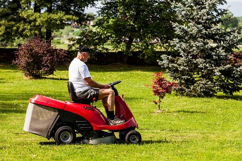 Zahradní traktor je vhodný zahradní stroj pro sekání větších ploch trávníku, tato činnost pro vás bude zábavou