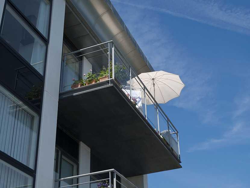 Rychlé a jednoduché zastínění balkónu poskytne slunečník