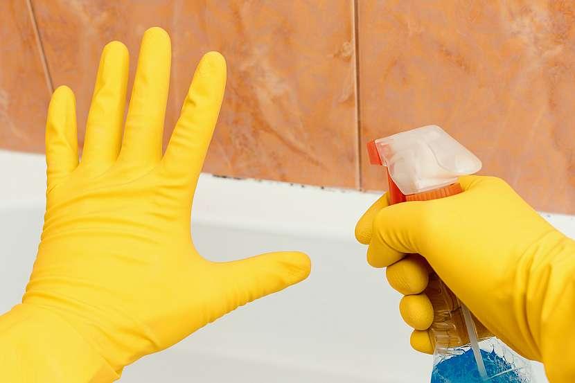 Při ošetření ploch s plísní raději použijte ochranné rukavice