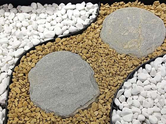Čistění přírodních kamenů v zahradě (Zdroj: Depositphotos)