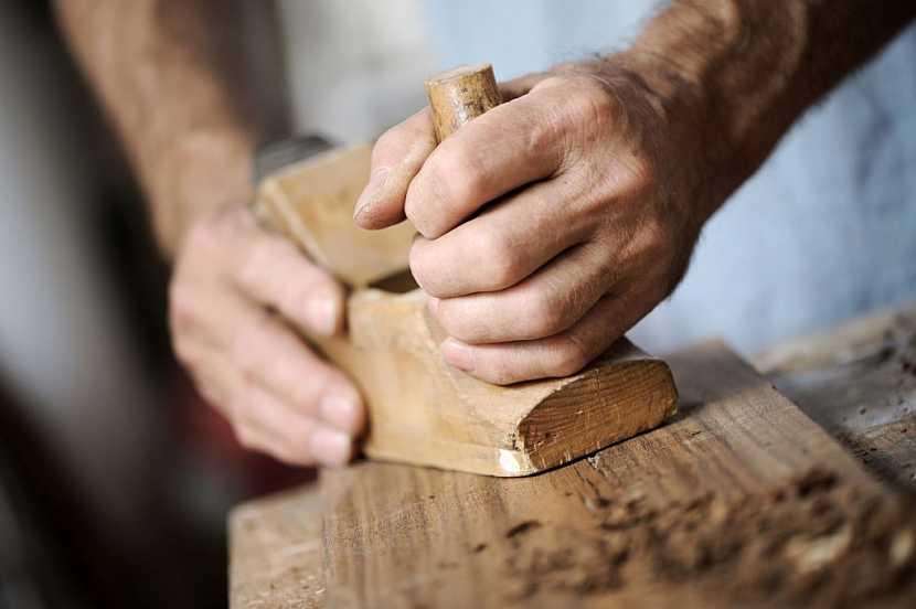 I ruční práce s hoblíkem má v moderní době svá pozitiva
