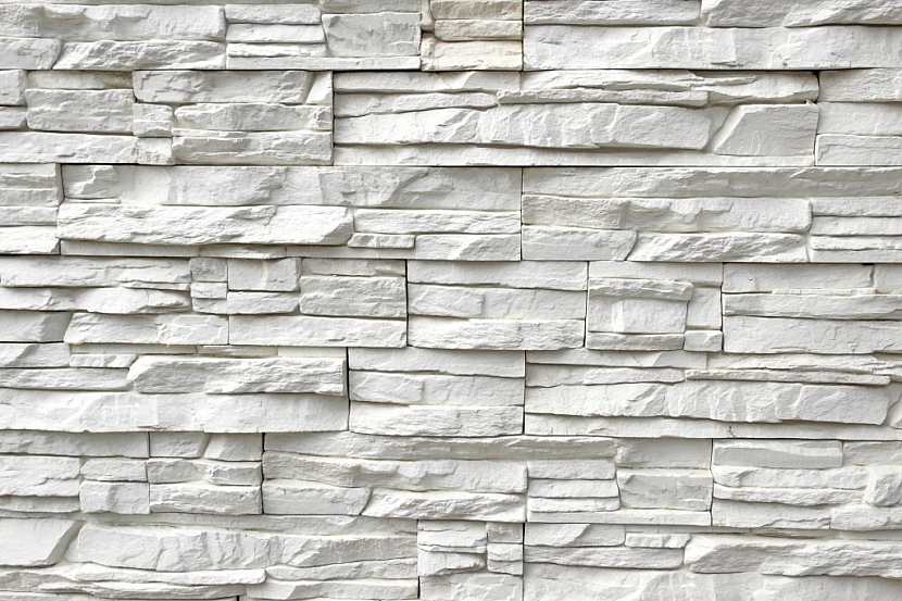 Plot z umělého kamene můžete kombinovat se dřevem nebo kovem