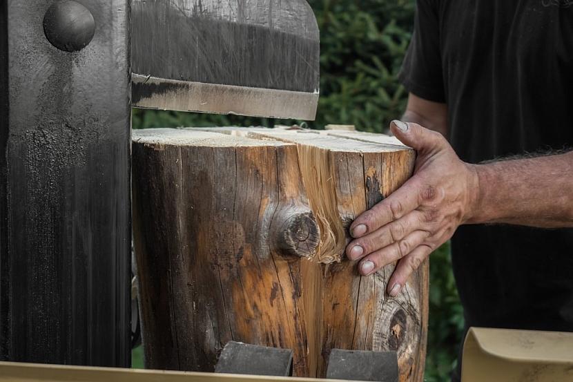 Vertikální štípačka dřeva