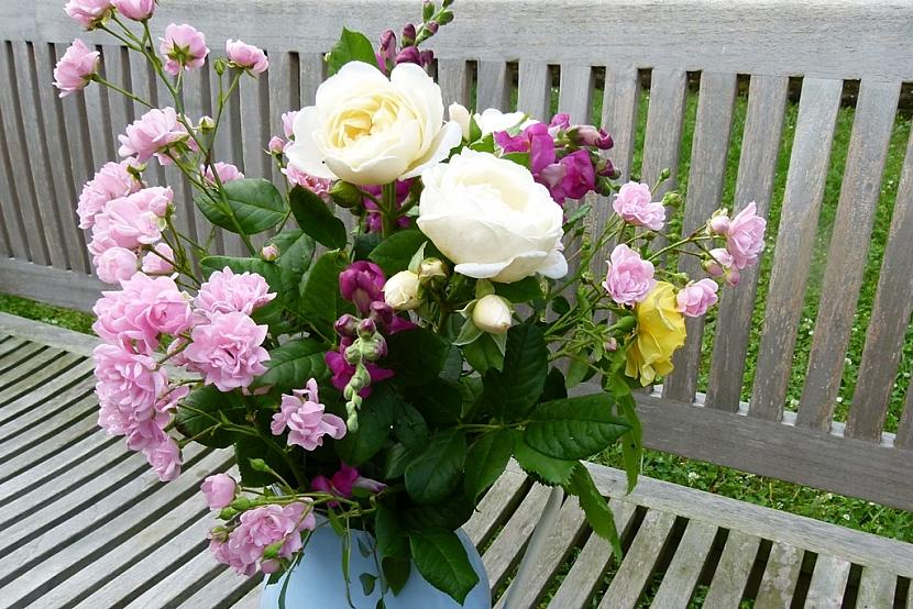 Kytička pro paní učitelku: Růže, hledíky i kopretiny… 4
