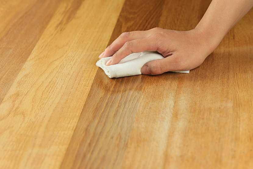 Před opravou drobných defektů vždy podlahu důkladně vyčistěte speciálními prostředky určenými k péči o dřevěnou podlahu