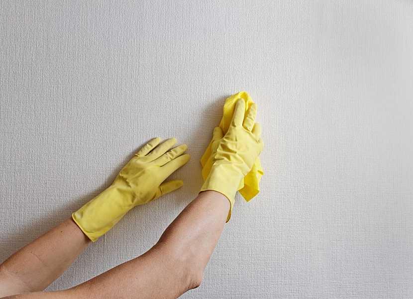 Všechny zdi, které budeme štukovat, je potřeba důkladně očistit