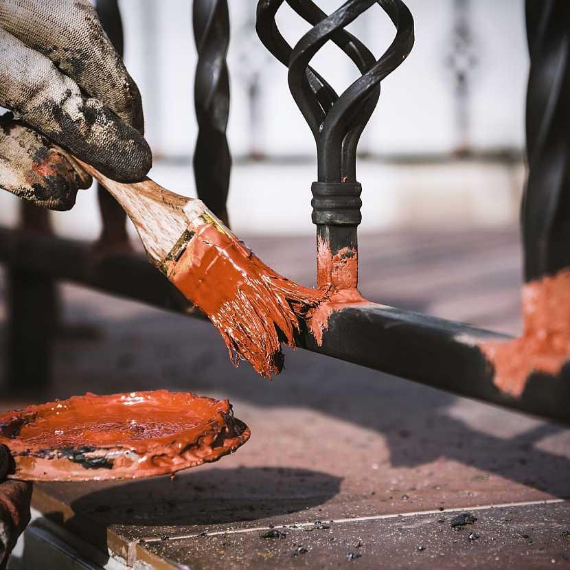 Kovové zábradlí je nutné ochránit před korozí nátěrem