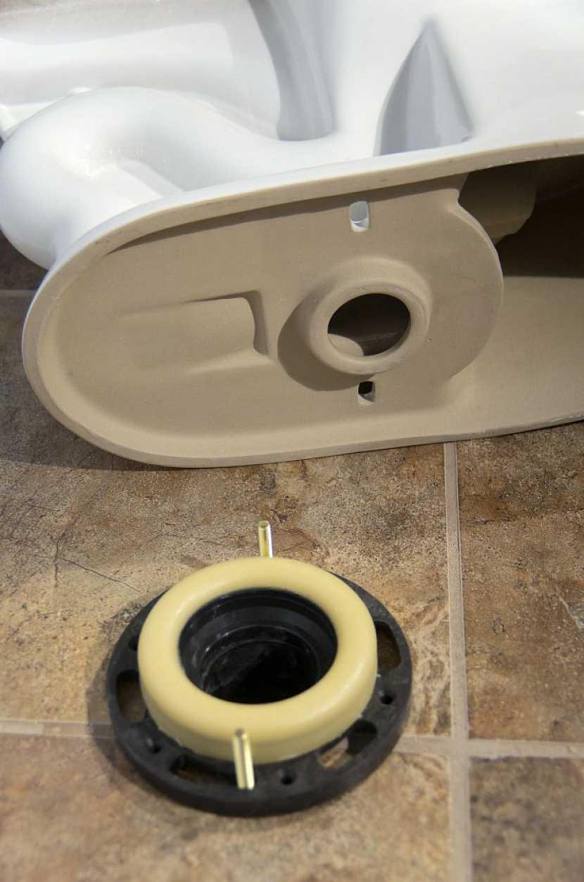 Do podlahy je nutné vyvrtat otvory v rozteči montážních otvorů na nové míse