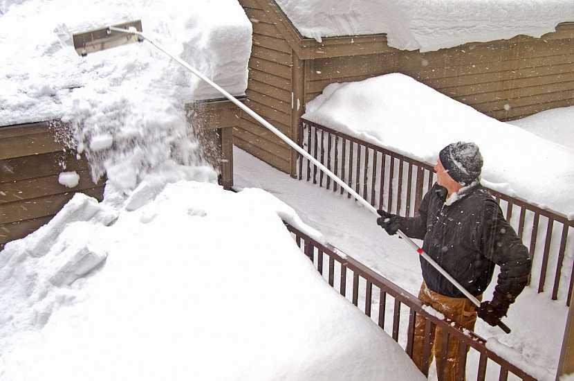 V dokumentaci o stavbě najdete, kolik centimetrů sněhu vaše střecha udrží – pak je třeba ho odstranit
