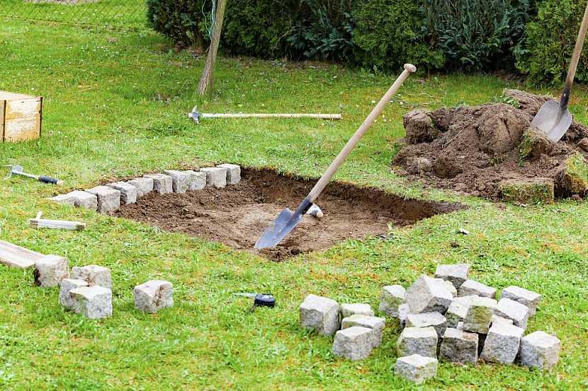 Je lepší vyhloubit díru a vyložit jí kameny nebo dlažbou