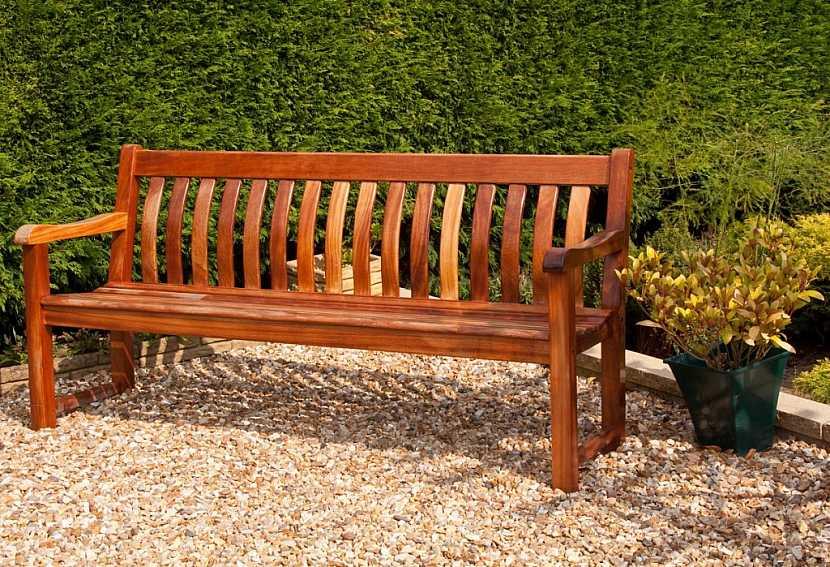 Dřevěný zahradní nábytek lze ponechat v přírodních odstínech nebo ho opatřit barevným nátěrem