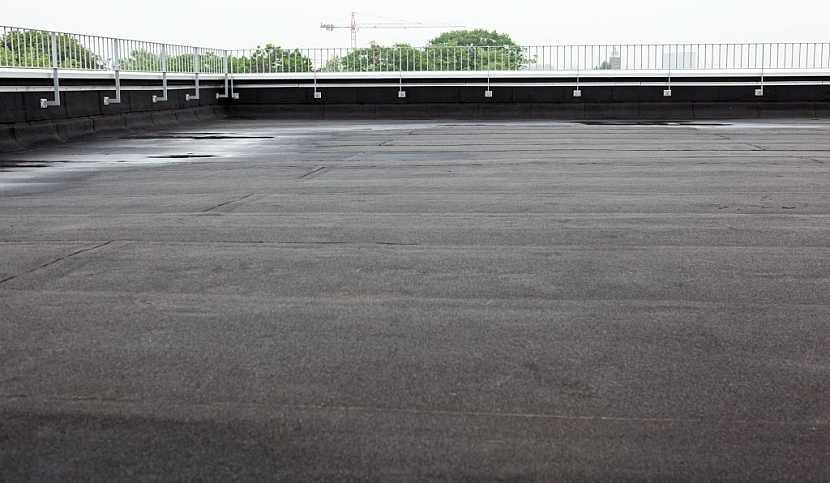 Izolace asfaltem je vhodná pro rovné, nečlenité střechy nebo terasy