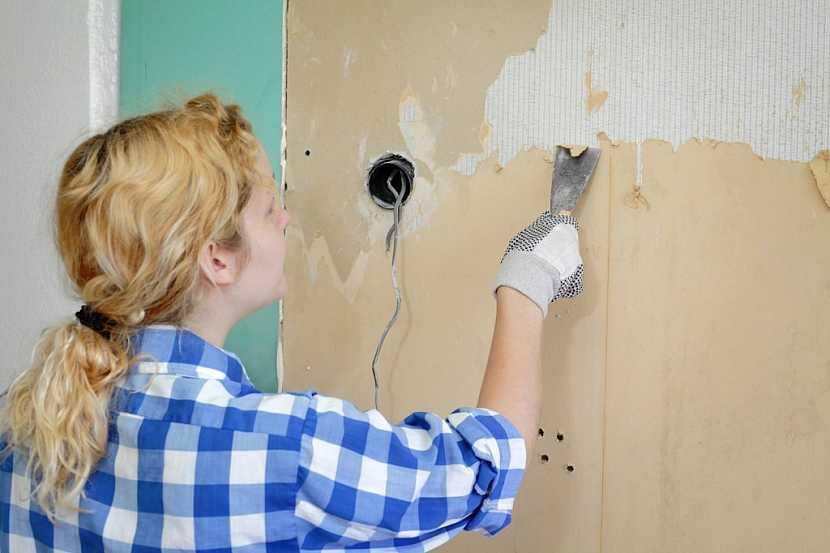 Před úpravou zdí odstraňte původní nátěry a tapety