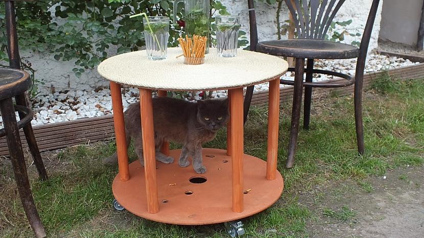 Stolek z kabelové cívky: stolek je hotový