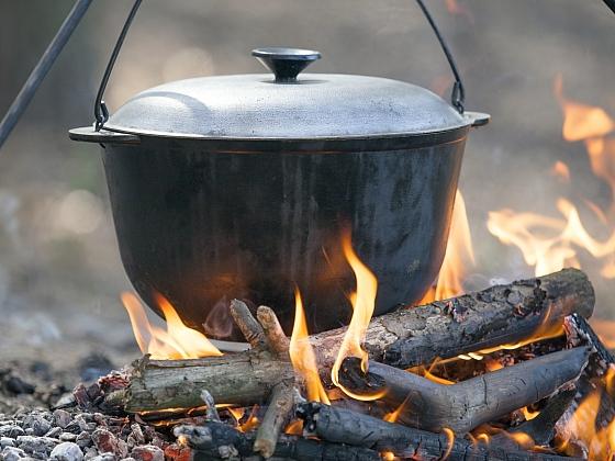 Jak se vaří ve venkovní kuchyni? (Zdroj: Depositphotos)