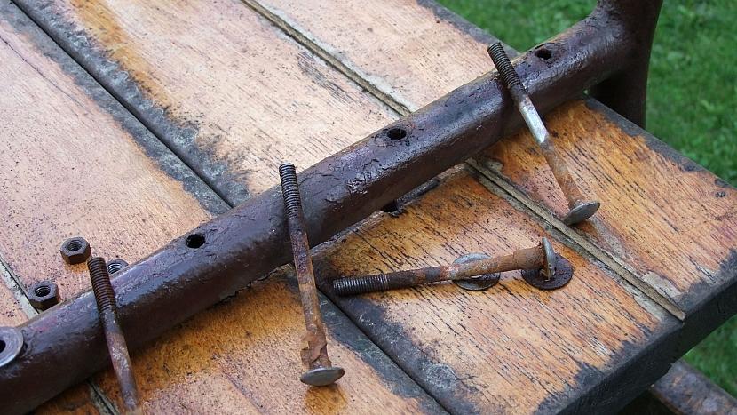Renovace lavice: stávající otvory opět využijeme