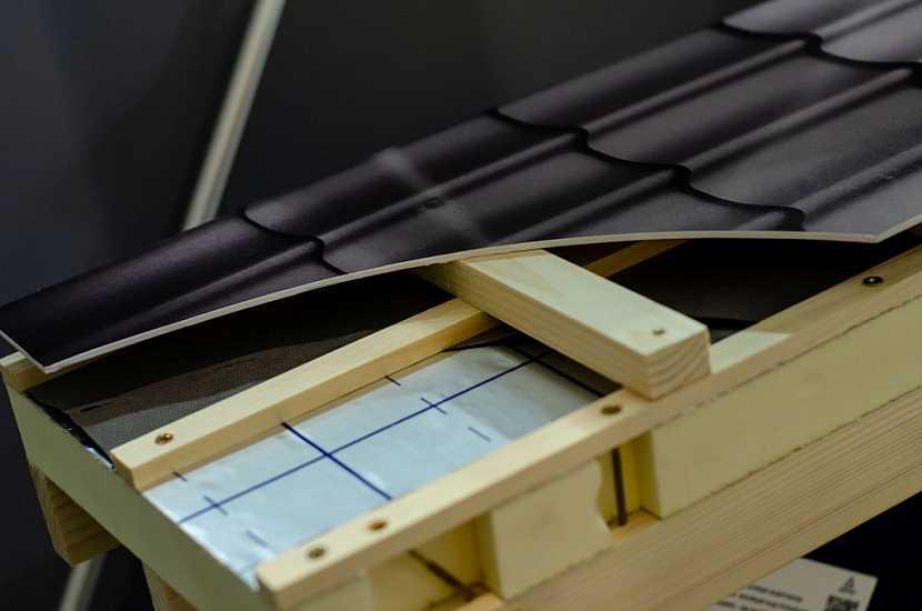 Vzduchová mezera je prostor mezi střešním pláštěm a tepelnou izolací