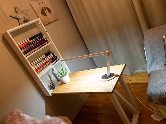 Hotový home office stůl ve světlém provedení pro dámy (Zdroj: Prima DOMA)