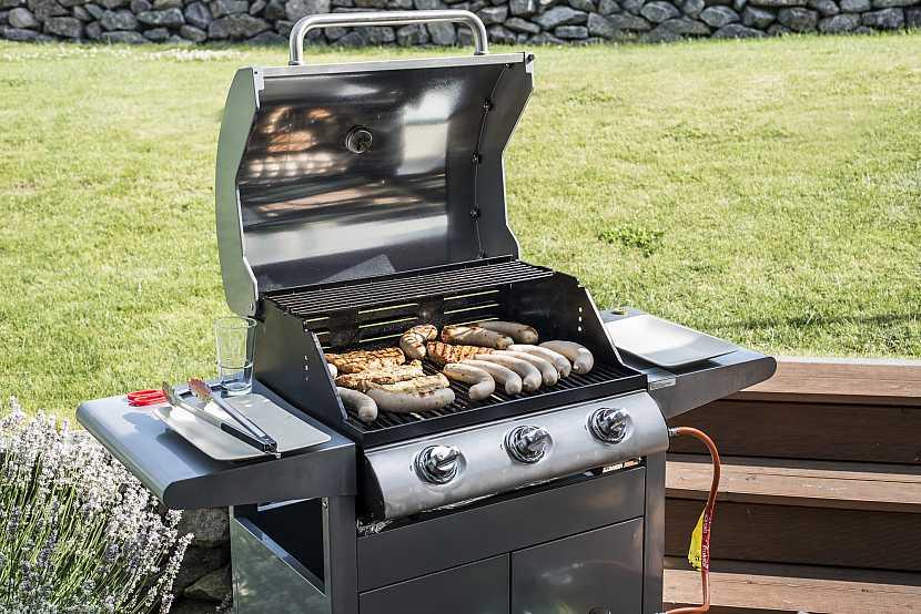 Gril BBQ gril na propan plyn gril steaky klobása klobásy masová moučka