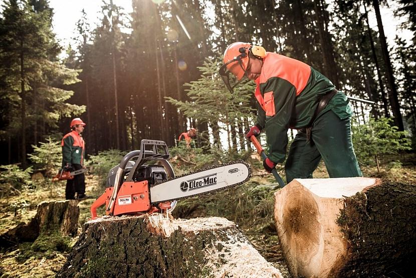 Benzinová pila Oleo-Mac 962 je ideální pro práci v lese i na zahradě.