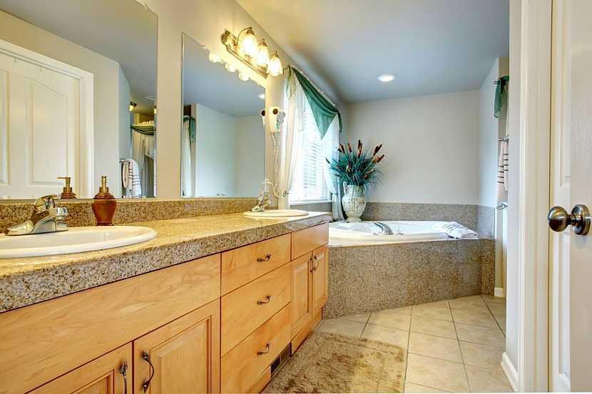 Koupelnové skříňky z masivu bývají nejčastěji z cedrového dřeva