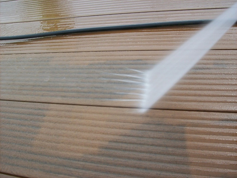 Terasu z kompozitu čistěte pomocí tlakového čističe pohybem ve směru drážek a v minimální vzdálenosti od povrchu 30 cm