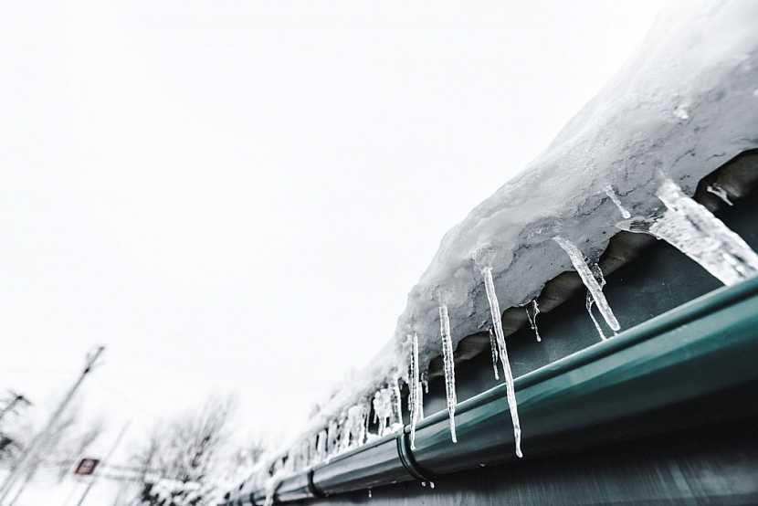 Sníh na střeše a rampouchy