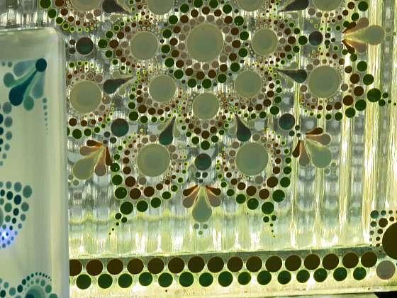 Malovaná mandala na lampičce z luxfery (Zdroj: Prima DOMA)