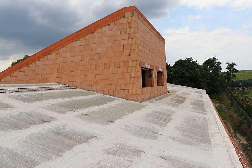 07_Těžká šikmá střecha HELUZ_ošetřování betonu