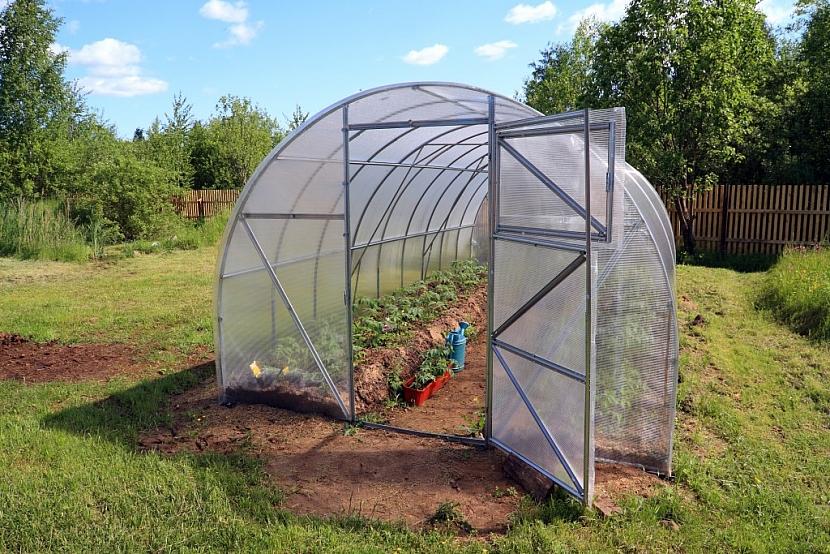 Půlkulatý skleník do sebe slučuje výhody typů se svislými a šikmými boky
