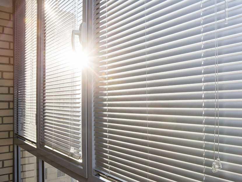 Žaluzie je možné použít stejně na oknech i na dveřích lodžií