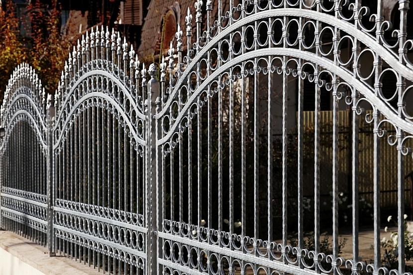 Kovaný plot je elegance sama