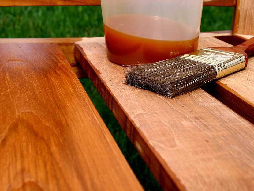 Pokud jste si pořídili dřevěný zahradní nábytek je vhodné ho opatřit ochranných nátěrem