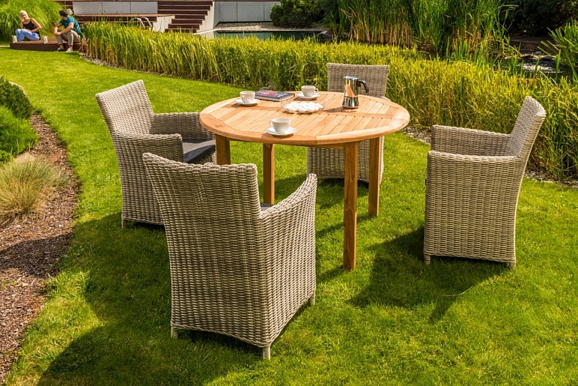 Moderní nábytek z umělého ratanu je možné umístit na zahradu, terasu i do interiéru. Vyniká téměř nulovou potřebou údržby a výjimečnou elegancí.