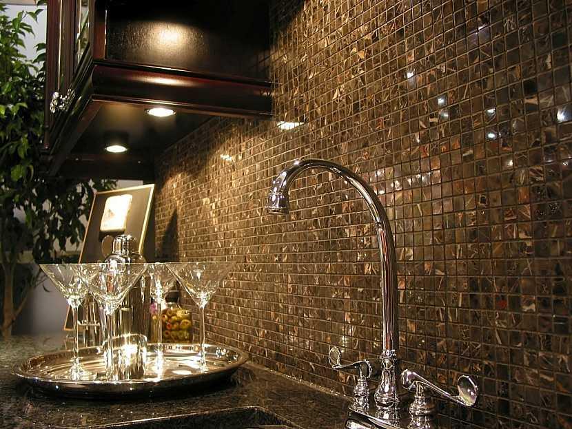 Keramické obklady a deska dodají kuchyni okázalý luxus